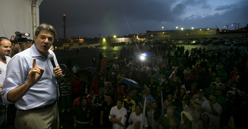 19.out.2012 - Fernando Haddad, candidato do PT à Prefeitura de São Paulo, discursa durante visita à garagem da Cooperativa de Trabalho dos Condutores Autônomos