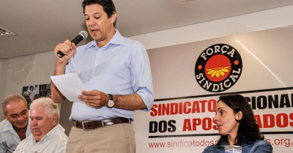 19.out.2012 - Fernando Haddad (de pé), candidato do PT à Prefeitura de São Paulo, discursa durante visita ao Sindicato Nacional dos Aposentados. Durante evento, a direção do sindicato entregou uma lista de reivindicações para o candidato