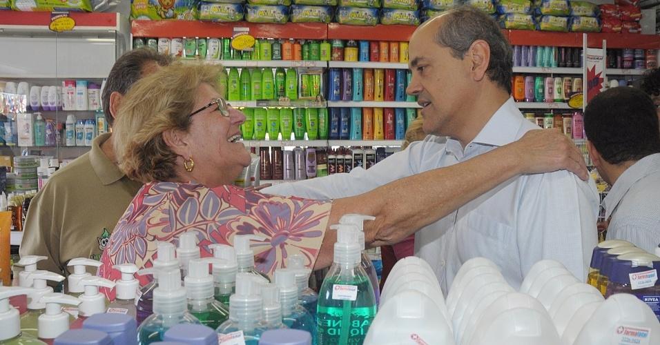 19.out.2012 - Gustavo Fruet, candidato do PDT à Prefeitura de Curitiba, conversa com comerciantes durante caminhada de campanha no bairro Cajuru