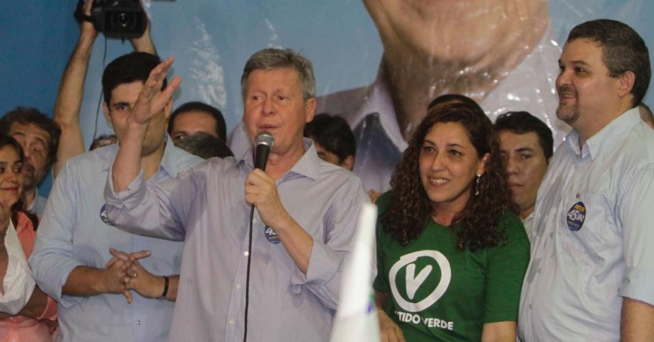 19.out.2012 - O candidato do PSDB à Prefeitura de Manaus, Arthur Virgílio (com o microfone), recebe o apoio do PV, PSDC e PSC durante ato no comitê central da campanha do tucano nesta sexta-feira. O PV fazia parte da coligação da adversária Vanessa Grazziotin (PC do B) no primeiro turno