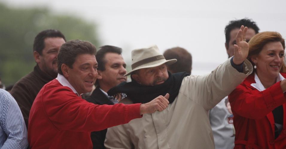 19.out.2012 - O ex-presidente Luiz Inácio Lula da Silva participa de carreata sob uma forte neblina ao lado do candidato Carlos Grana (PT) e sua vice Oswana Fameli (PRP), em Santo André (SP), na tarde desta sexta-feira