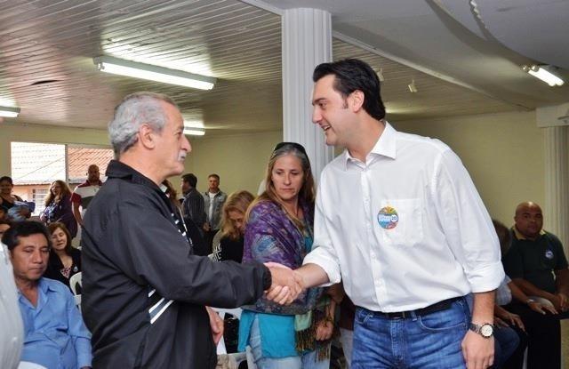 19.out.2012 - Ratinho Junior (à dir.), candidato do PSC à Prefeitura de Curitiba, se reuniu com lideranças de associações de bairros, ONGs da cidade e representantes das áreas de saúde, educação, esporte e cultura