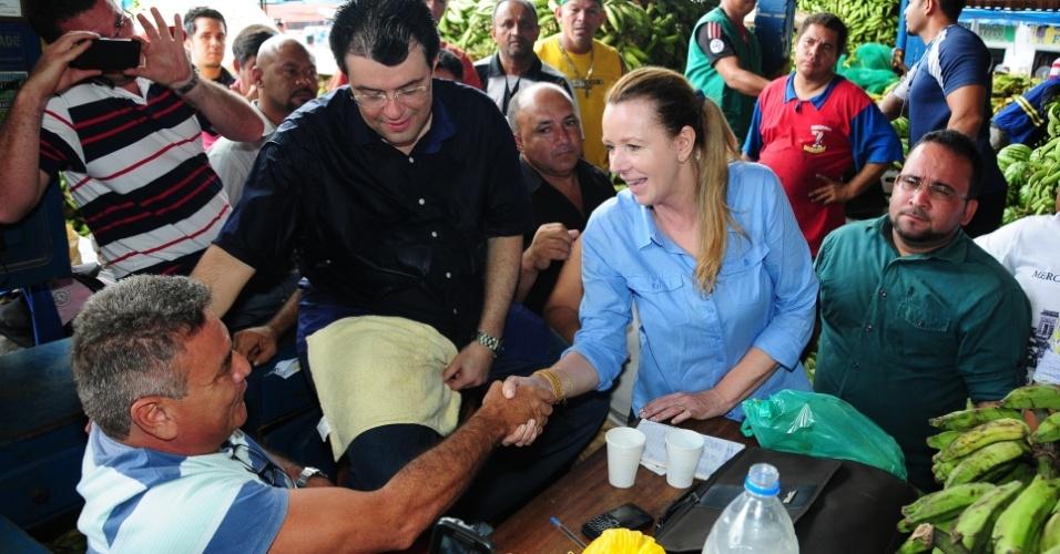19.out.2012 - Vanessa Grazziotin, candidata do PC do B à Prefeitura de Manaus, visitou duas feiras populares da cidade amazonense, Banana e Manaus Moderna. Ela conversou com os feirantes e apresentou seu programa de governo