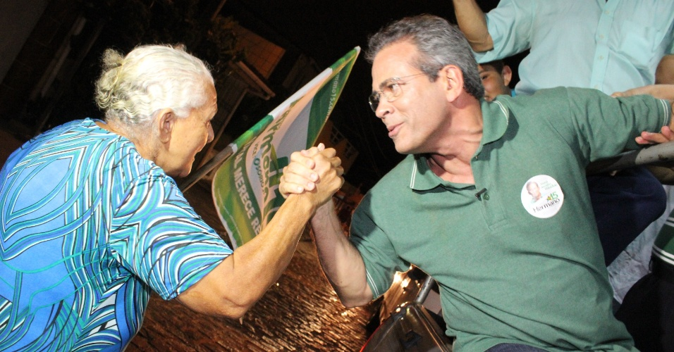 19.out.2012 - Hermano Morais (à dir.), candidato do PMDB à Prefeitura de Natal, cumprimenta eleitora durante caminhada pelo bairro Nova Descoberta, na zona leste da capital potiguar