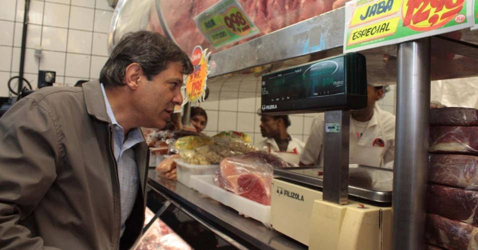 13.out.2012 - O candidato do PT à Prefeitura de São Paulo, Fernando Haddad, visitou o comércio do Largo do Piraporinha (zona sul) no sábado (13) e a região do Campo Limpo, também na zona sul