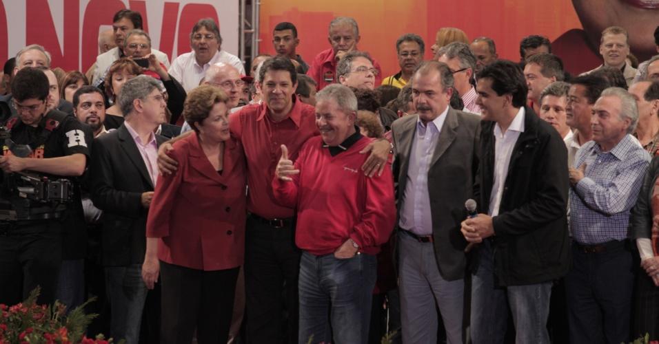 20.out.2012 - A presidente Dilma Rousseff e o ex-presidente Luiz Inácio Lula da Silva participam de comício do candidato do PT à Prefeitura de São Paulo, Fernando Haddad, em São Paulo