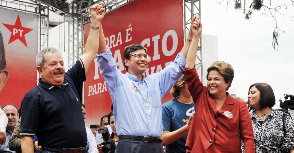20.out.2012 - A presidente do Brasil, Dilma Rousseff e o ex-presidente Luiz Inácio Lula da Silva (à esq), participam do comício do candidato à Prefeitura de Campinas, Márcio Pochmann (PT), no Largo do Rosário