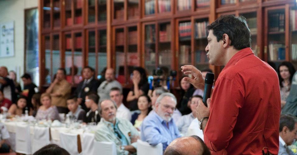 20.out.2012 - O candidato do PT à Prefeitura de São Paulo, Fernando Haddad, discursa durante café da manhã no Sinhores (Sindicato dos Hotéis, Restaurantes, Bares e Similares de São Paulo), no largo do Arouche, região central