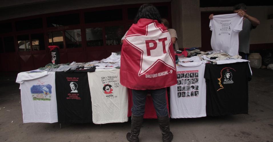20.out.2012 - Petista aguarda início do comício de campanha do candidato do PT, Fernando Haddad, com a presença da presidente Dilma Rousseff, no ginásio da Lusa, no Canindé, em São Paulo