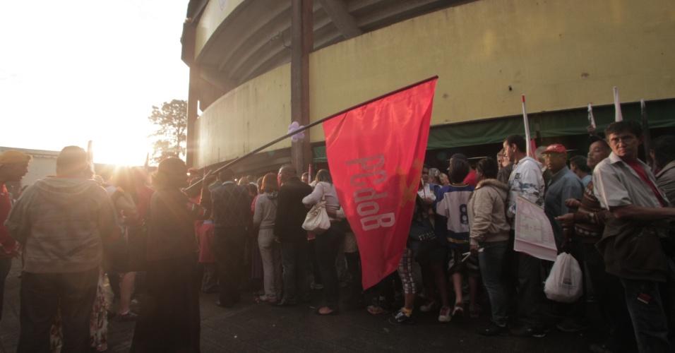 20.out.2012 - Simpatizantes fazem fila para entrar no ginásio da Lusa, no Canindé, para acompanhar comício de campanha do candidato do PT, Fernando Haddad, com a presença da presidente Dilma Rousseff