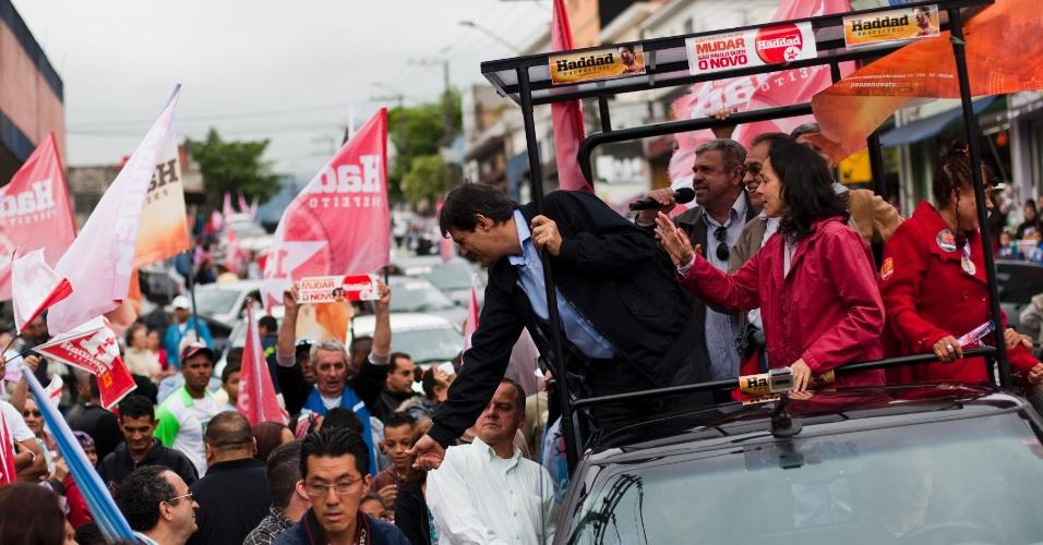 14.out.2012 - Fernando Haddad, candidato do PT à Prefeitura de São Paulo, acompanhado de sua vice, Nádia Campeão (PC do B), cumprimenta eleitora durante carreata pelo bairro do Jaçanã (zona norte)