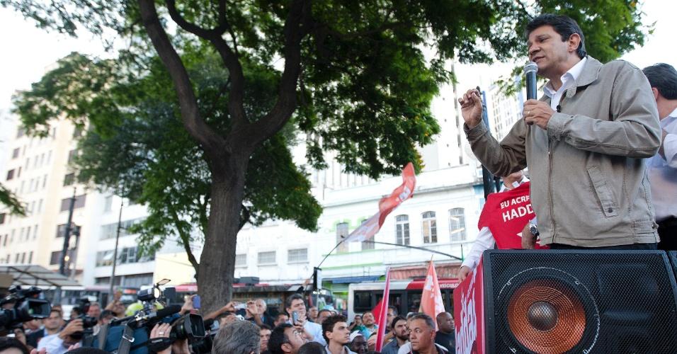 15.out.2012 - O candidato do PT à Prefeitura de São Paulo, Fernando Haddad, faz um minicomício na praça Fernando Costa, polo de comércio popular na região central da capital paulista, nesta segunda-feira