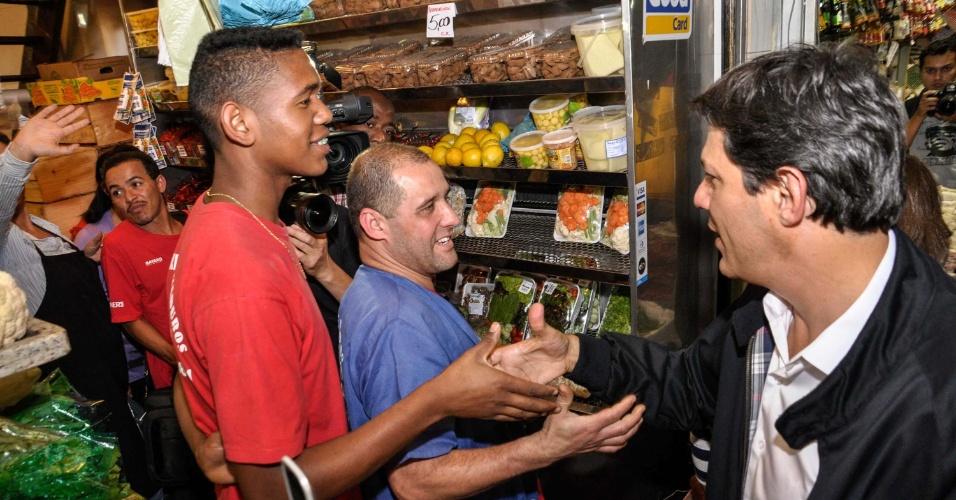 16.out.2012 - O candidato do PT à Prefeitura de São Paulo, Fernando Haddad, visitou o Mercado Municipal da Lapa (zona oeste) e conversou com comerciantes na terça-feira (16)