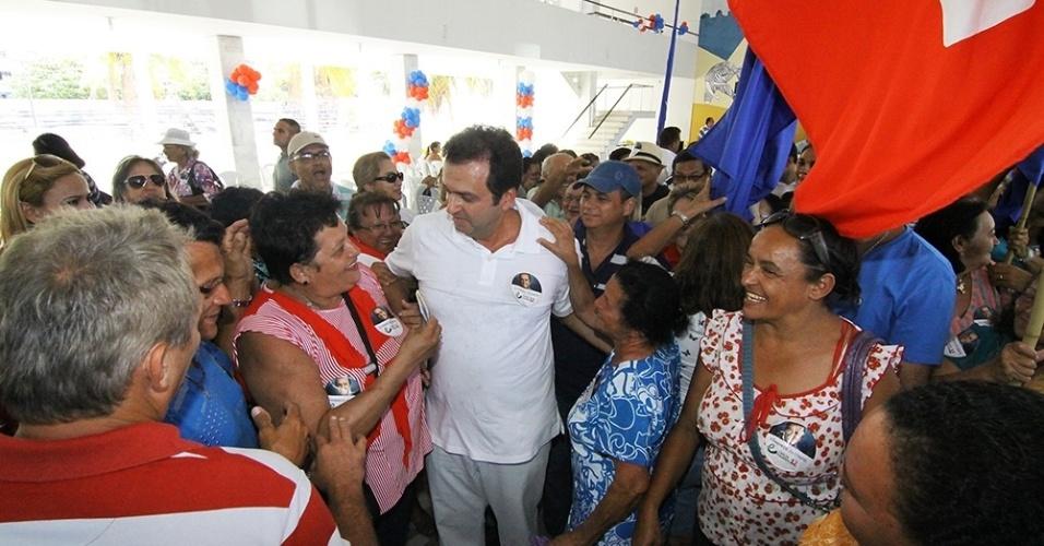 20.out.2012 - O candidato do PDT à Prefeitura de Natal, Carlos Eduardo (centro), cumprimenta eleitores durante evento de campanha na sede social do América