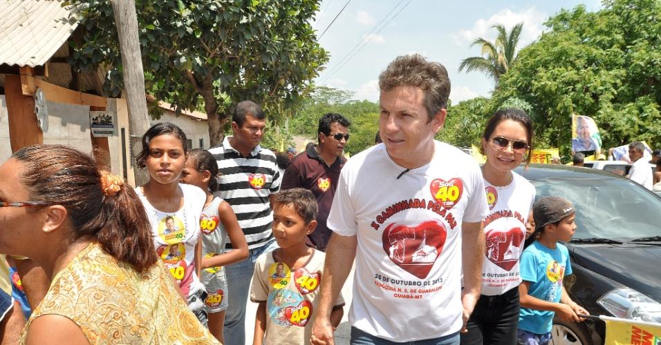 20.out.2012 - O candidato do PSB à Prefeitura de Cuiabá, Mauro mendes (centro), participa de caminhada na comunidade rural de Aguaçu