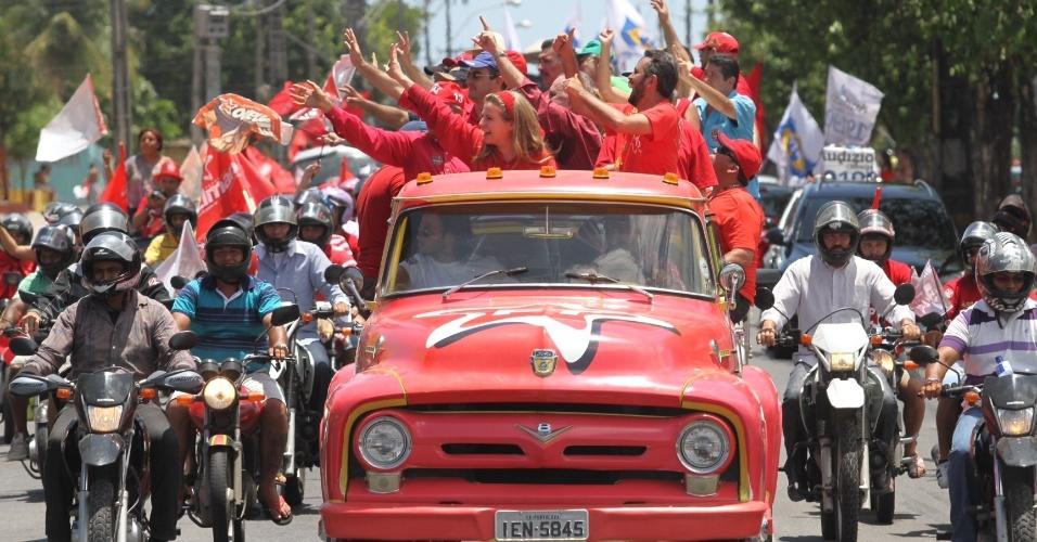 21.out.2012 - Ao lado da prefeita Luizinanne Lins (PT) e de outros líderes do partido, o candidato petistas à Prefeitura de Fortaleza, Elmano Freitas, fez carreata por vários bairros da cidade neste domingo