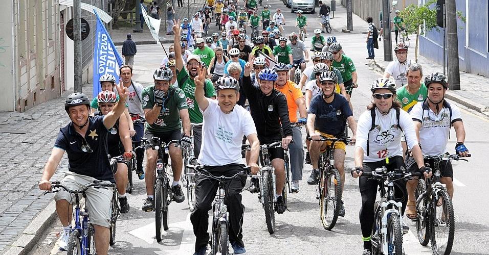 21.out.2012 - O candidato do PDT à Prefeitura de Curitiba, Gustavo Fruet (de branco no centro), participa de uma bicicletada pelas ruas centrais da cidade com destino ao parque Barigui, na capital paranaense