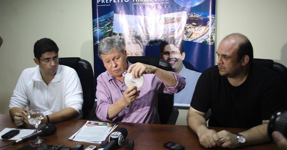 21.out.2012 - O candidato do PSDB à Prefeitura de Manaus, Arthur Virgílio, mostra DVD com acusações sobre sua candidatura. Segundo ele, a campanha de sua adversária Vanessa Gazziotin (PC do B) é responsável pela divulgação do material. A candidata nega