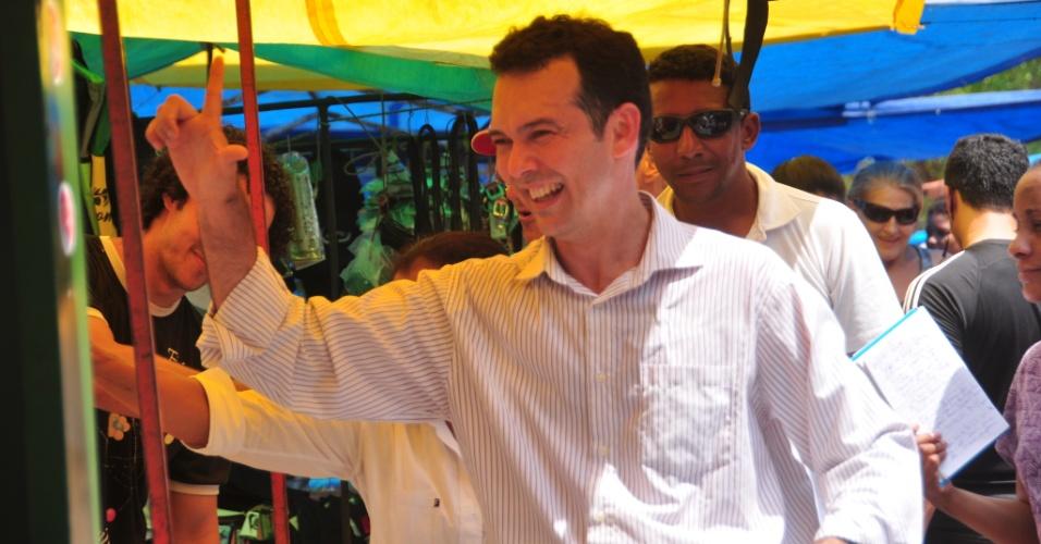 21.out.2012 - O candidato à Prefeitura de Cuiabá Lúdio Cabral (PT) fez uma caminhada na região de Coxipó. Durante a campanha, o petista conversou com moradores