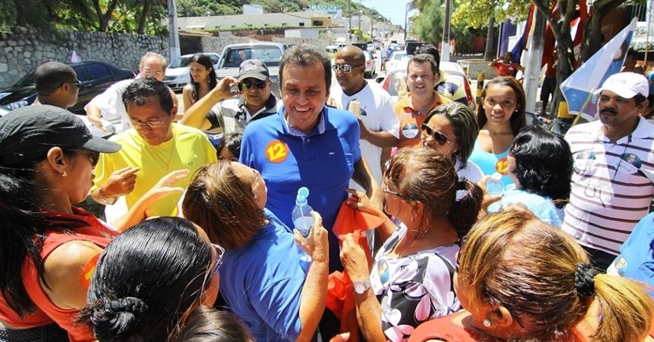 21.out.2012 - O candidato do PDT à Prefeitura de Natal, Carlos Eduardo (de azul, no centro), fez uma caminhada e uma carreata pelos bairro da zona leste da cidade