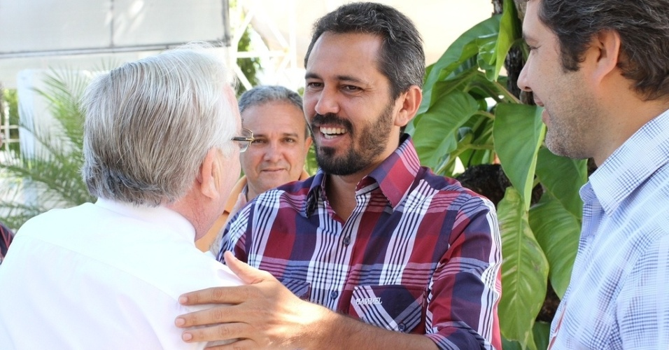 22.out.2012 - O candidato à Prefeitura de Fortaleza Elmano de Freitas (PT) recebeu o apoio do PTC. O partido estava apoiando o adversário do petista, Roberto Claudio (PSB) e decidiu mudar de palanque