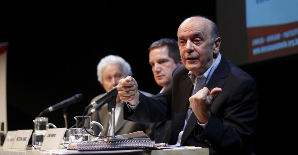 22.out.2012 - O candidato do PSDB à Prefeitura de São Paulo, José Serra, participa de evento organizado pela Rede Nossa São Paulo, no auditório do Sesc Consolação, região central da capital