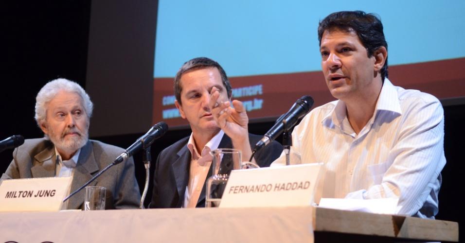 22.out.2012 - O candidato do PT à Prefeitura de São Paulo, Fernando Haddad (à dir.), participa de evento organizado pela Rede Nossa São Paulo, no auditório do Sesc Consolação, região central da capital
