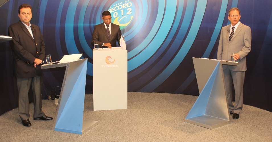 22.out.2012 -  Os candidatos à Prefeitura de Natal, Carlos Eduardo (à esq.), do PDT, e Hermano Morais (à dir.), do PMDB, participaram de debate promovido pela TV Tropical
