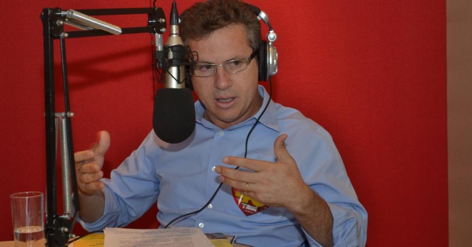 """23.out.2012 - Mauro Mendes (PSB), candidato à Prefeitura de Cuiabá, participou de entrevista realizada pela rádio Mix. Mendes disse que seu adversário, Lúdio Cabral (PT), não tem feito uma """"campanha limpa"""""""