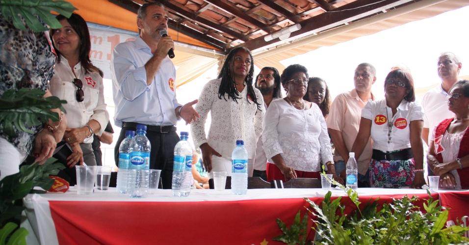 23.out.2012 - Nelson Pelegrino (com microfone), candidato do PT à Prefeitura de Salvador, participou de um café da manhã com professores das redes estadual e municipal