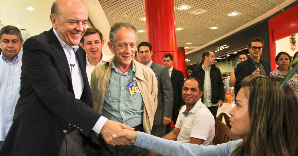 23.out.2012 - O candidato do PSDB à Prefeitura de São Paulo, José Serra, realiza campanha no shopping Tatuapé, na zona leste da capital paulista, durante a tarde desta terça-feira