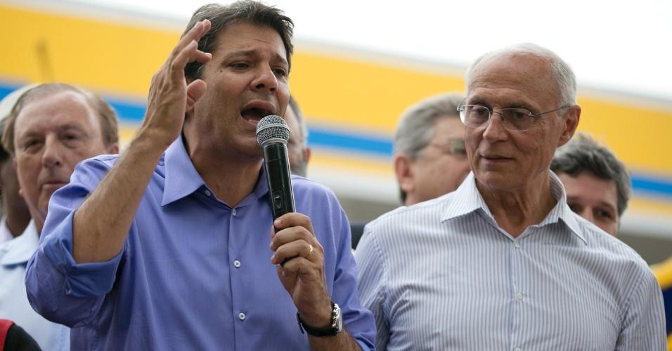 23.out.2012 - O candidato do PT à Prefeitura de São Paulo, Fernando Haddad (à esq.), faz comício no largo do Japonês, na zona norte, acompanhado do senador Eduardo Suplicy (PT) e do ex-candidato a prefeito Eymael (PSDC) (ao fundo)