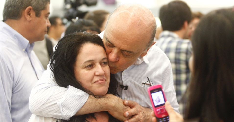23.out.2012 - O candidato do PSDB à Prefeitura de São Paulo, José Serra, beija eleitora durante visita a shopping no Tatuapé, na zona leste de São Paulo. Na tarde desta terça-feira, o tucano pediu voto para eleitores indecisos