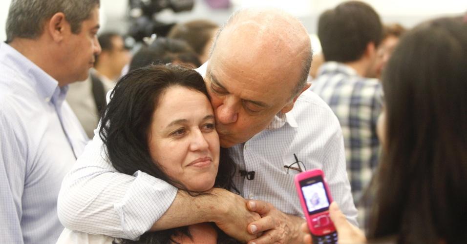 23.out.2012 - O candidato do PSDB à Prefeitura de São Paulo, José Serra, beija eleitora durante visita a shopping no Tatuapé, na zona leste de São Paulo. Na tarde desta terça-feira, o tucano pediu voto para eleitores indecisos