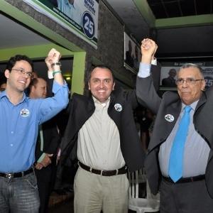 Candidato Rodney Miranda (DEM), ao centro, foi eleito prefeito de Vila Velha (ES)