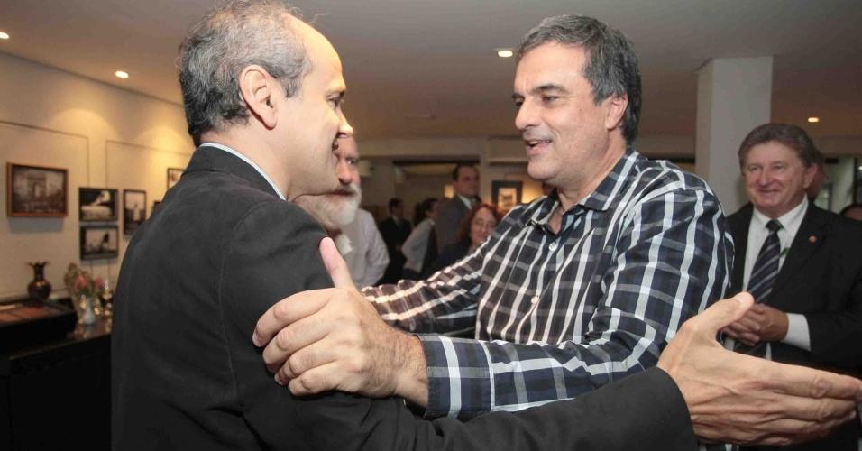 23.out.2012 - Gustavo Fruet (à esq.), candidato do PDT à Prefeitura de Curitiba, recebeu o apoio do ministro da Justiça, José Eduardo Cardozo (à dir.) em ato público na capital paranaense