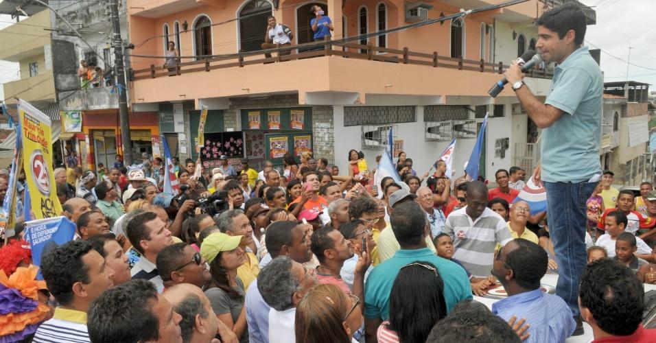 24.out.2012 - ACM Neto, candidato do DEM à Prefeitura de Salvador, fez uma caminhada e um minicomício no bairro Pau da Lima para conversar com eleitores