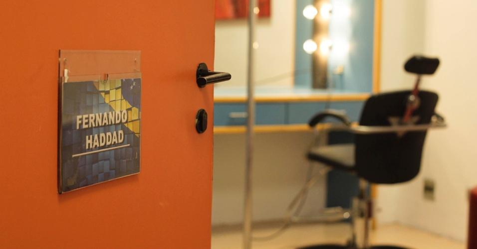 24.out.2012 - Camarim do candidato do PT à Prefeitura de São Paulo, Fernando Haddad, no estúdio do SBT, em Osasco (SP), minutos antes do início do debate SBT UOL nesta quarta-feira. Internautas do UOL escolheram os temas debatido