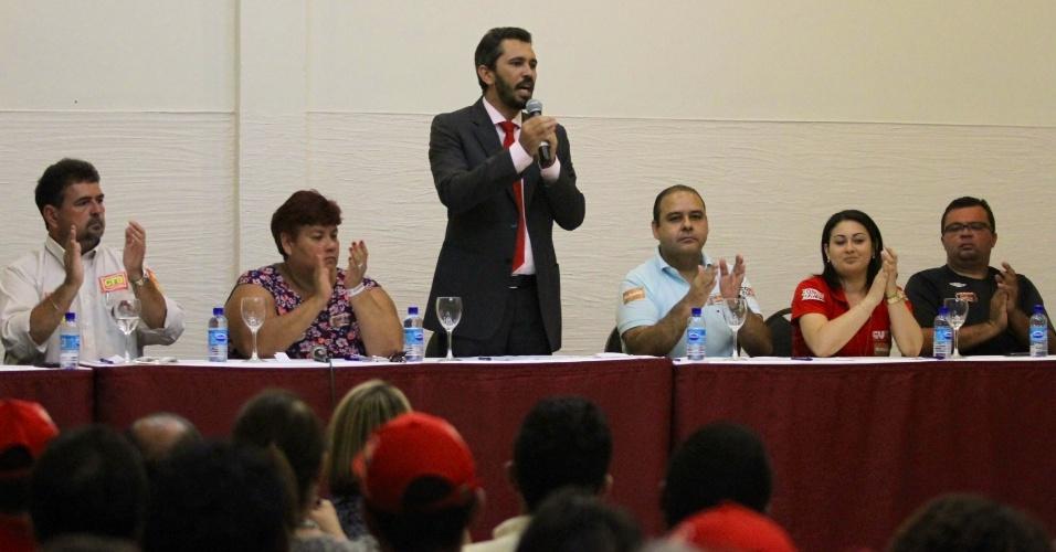 24.out.2012 - Elmano de Freitas, candidato do PT à Prefeitura de Fortaleza, se reuniu com lideranças sindicais para apresentar seu programa de governo