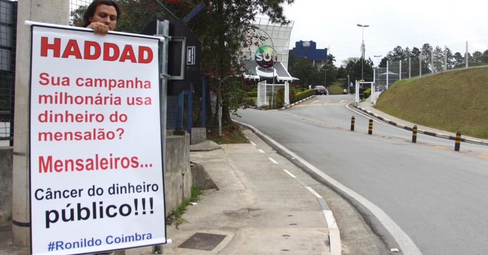 24.out.2012 - Homem protesta contra o candidato do PT à Prefeitura de São Paulo, Fernando Haddad, do lado de fora do SBT, em Osasco (SP). Na noite desta quarta, o candidato a prefeito José Serra (PSDB) e o petista participaram do debate SBT UOL