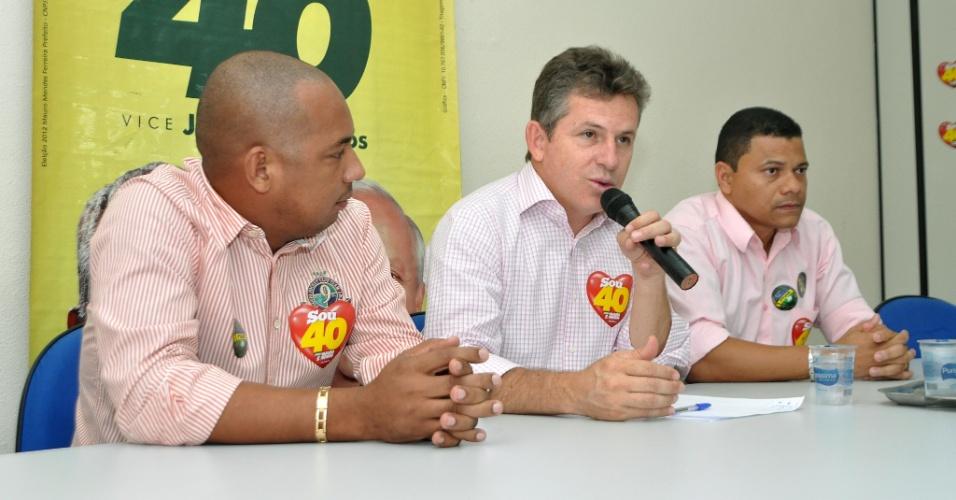 24.out.2012 - Mauro Mendes (centro), candidato do PSB à Prefeitura de Cuiabá, recebeu o apoio de vereadores do PT do B em uma reunião. Vinte e cinco dos vinte e dois que concorreram às eleições estiveram presentes no evento
