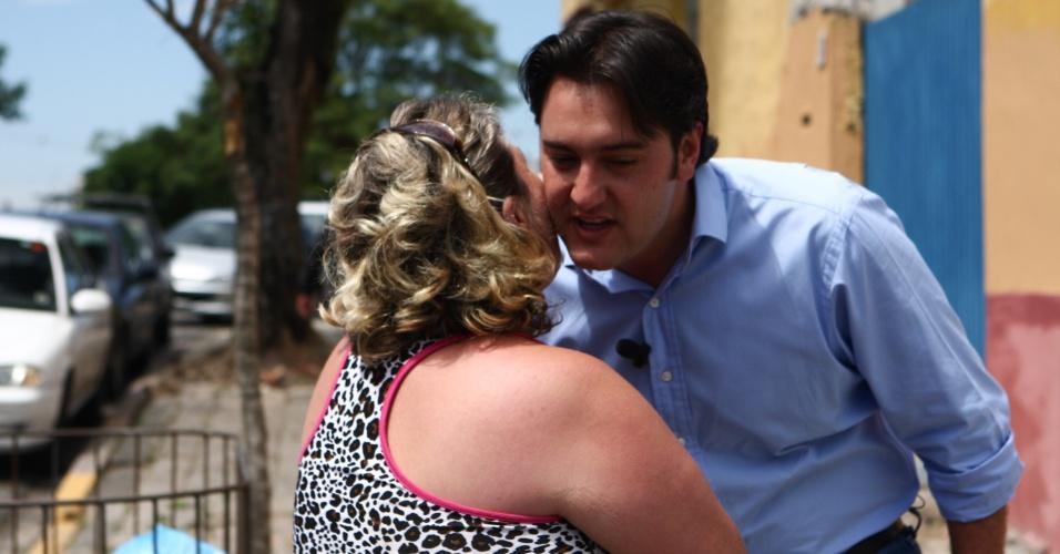 24.out.2012 - O candidato do PSC à Prefeitura de Curitiba, Ratinho Junior, fez campanha pelas ruas da cidade e ganhou beijo de uma eleitora