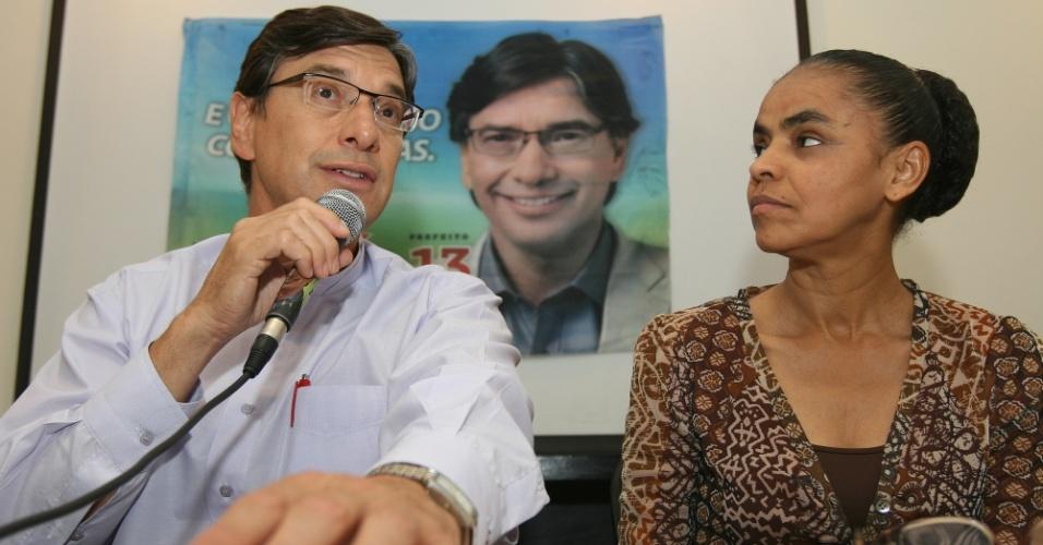 24.out.2012 - O candidato do PT à Prefeitura de Campinas (SP), Márcio Pochmann (à esq.), recebeu o apoio da ex-ministra do Meio Ambiente, Marina Silva, durante evento em hotel da cidade nesta quarta-feira