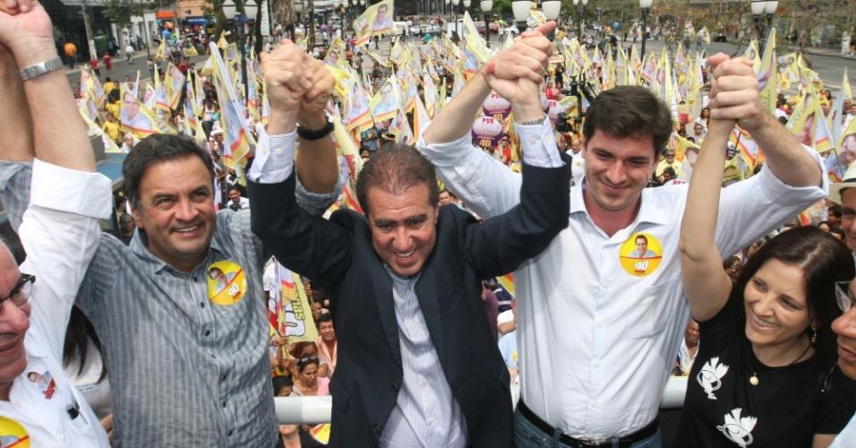 24.out.2012 - O senador do PSDB Aécio Neves (à esq.) participou de uma caminhada de apoio à candidatura de Jonas Donizette (centro), do PSB, em Campinas, interior de São Paulo. O encontro começou no Largo do Rosário, no centro da cidade