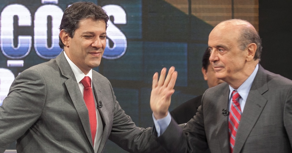 24.out.2012 - Os candidatos à Prefeitura de São Paulo, Fernando Haddad (PT) (à esq.) e José Serra (PSDB), se cumprimentam durante o debate promovido pelo UOL e pelo SBT, na sede da emissora, em Osasco (SP), nesta quarta-feira