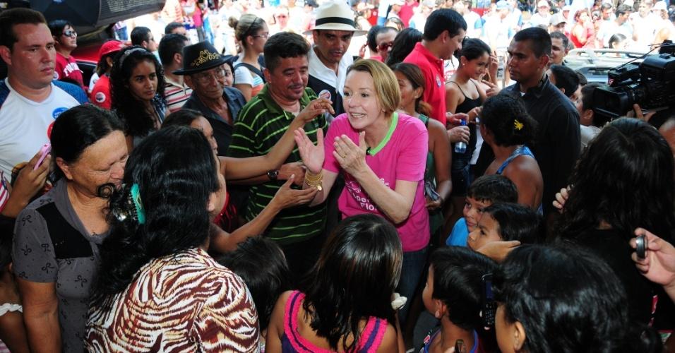 24.out.2012 - Vanessa Grazziotin, candidata do PC do B à Prefeitura de Manaus, fez uma caminhada de campanha pela Compensa, zona centro-oeste da cidade