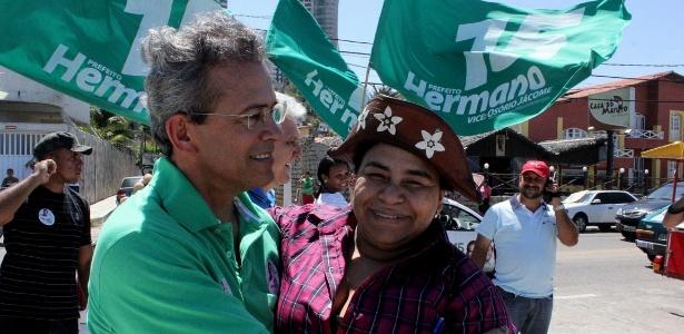 Hermano Morais (PMDB) (esq.) abraça eleitor durante campanha à Prefeitura de Natal (RN)