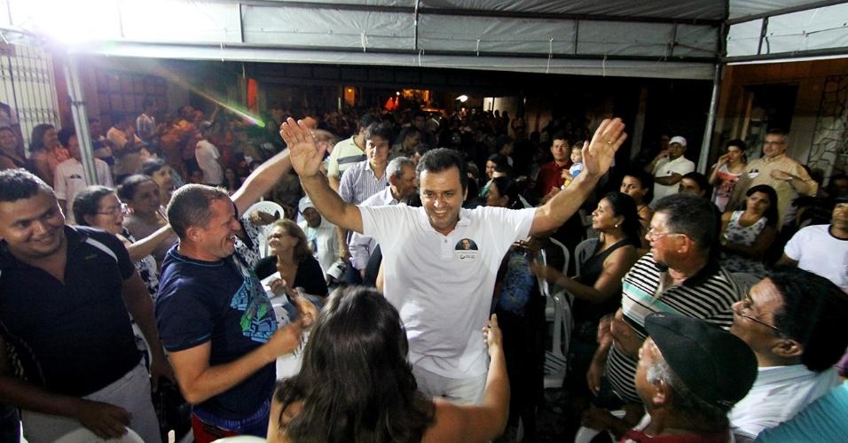 24.out.2012 -  Carlos Eduardo (centro), candidato do PDT à Prefeitura de Natal, fez uma caminhada nas ruas do Alecrim e das Quintas