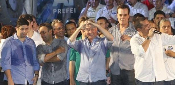 24.out.2012 - O senador Aécio Neves (segundo à esq.) pede votos ao candidato do PSDB à Prefeitura de Manaus, Arthur Virgílio (ao centro) em comício do tucano na noite desta quarta-feira