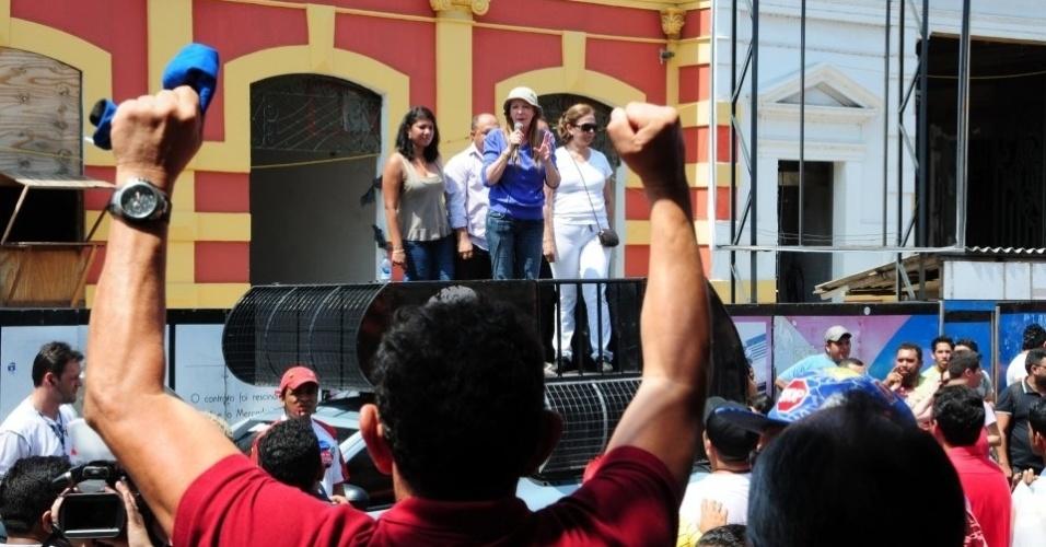 25.out.2012 - A candidata do PC do B à Prefeitura de Manaus, Vanessa Grazziotin, de camisa azul escura, participa de manifestação no Mercado Municipal Adholpo Lisboa, na capital do Amazonas, nesta quinta-feira